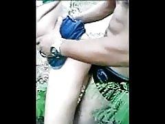 تيار مع الشباب في الغابة